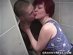 Granny Sex With Chum around with annoy Bathroom