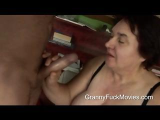 Ugly broad in the beam granny sucking in excess of fresh dick
