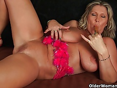 Edible matured lady with heavy boobs fucks herself