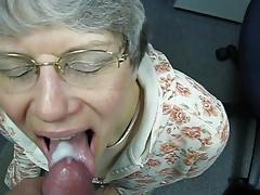 Oma liebt warmes Sperma im Mund
